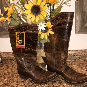 Beautiful Ariat boots.